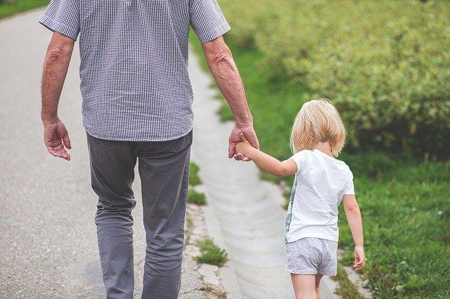 Isä viettää aikaa tytön kanssa