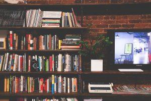 TV-ja-kirjahylly